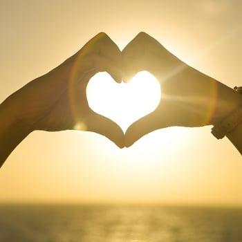 一双手形成一颗爱的心,说明我对营销人员的爱。