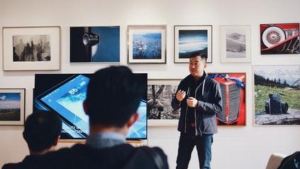 企业主使用解释器视频来展示他的产品